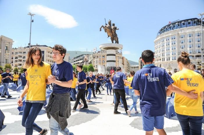 Матуранти горди сме на вас    Вака денеска танцуваше младината на плоштад  Македонија
