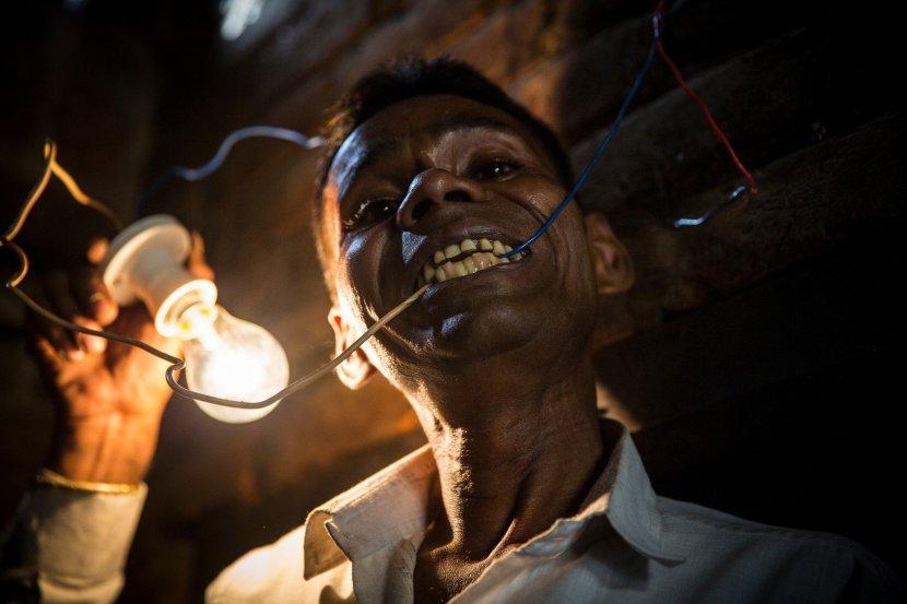 Најбизарниот човек на светот   Единствениот на планетава кој јаде струја
