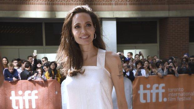 Анџелина Џоли во бел фустан на црвениот тепих покажа колку ослабела