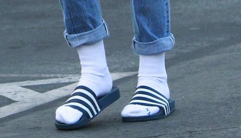 Кристен Стјуарт со гумени влечки и бели чорапи  шета низ Лос Анџелес