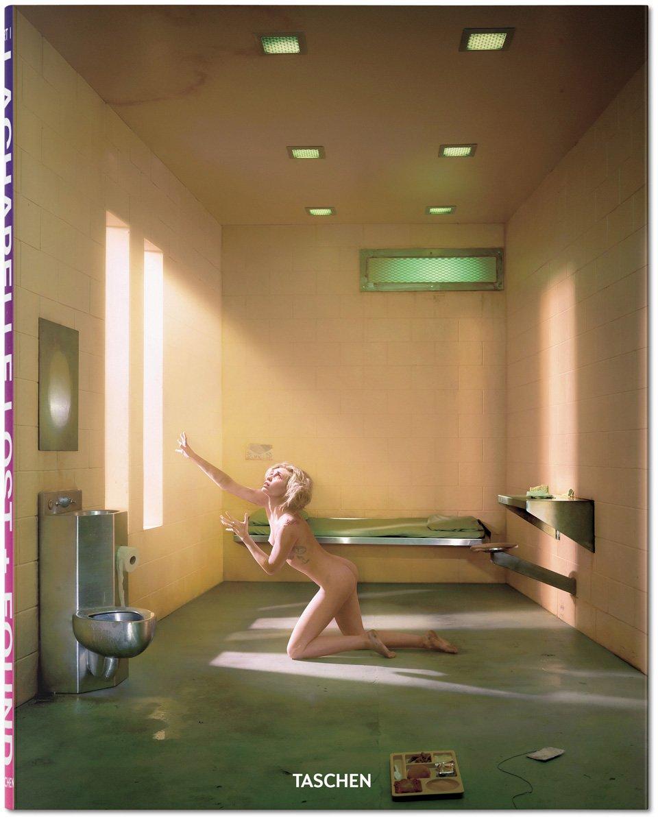 Мајли Сајрус позираше гола во затворска келија