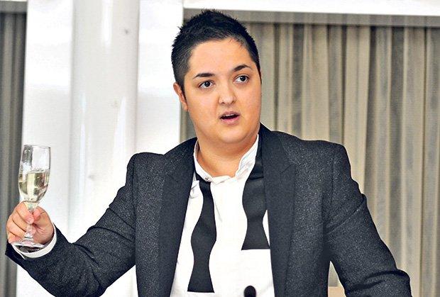 Марија Шерифовиќ се нашминка како жена