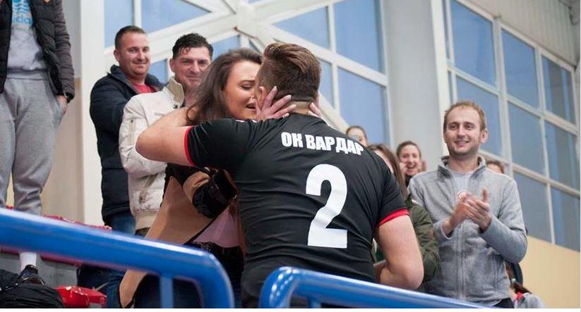 Македонскиот одбојкар Симовски среде натпревар ја запроси својата девојка