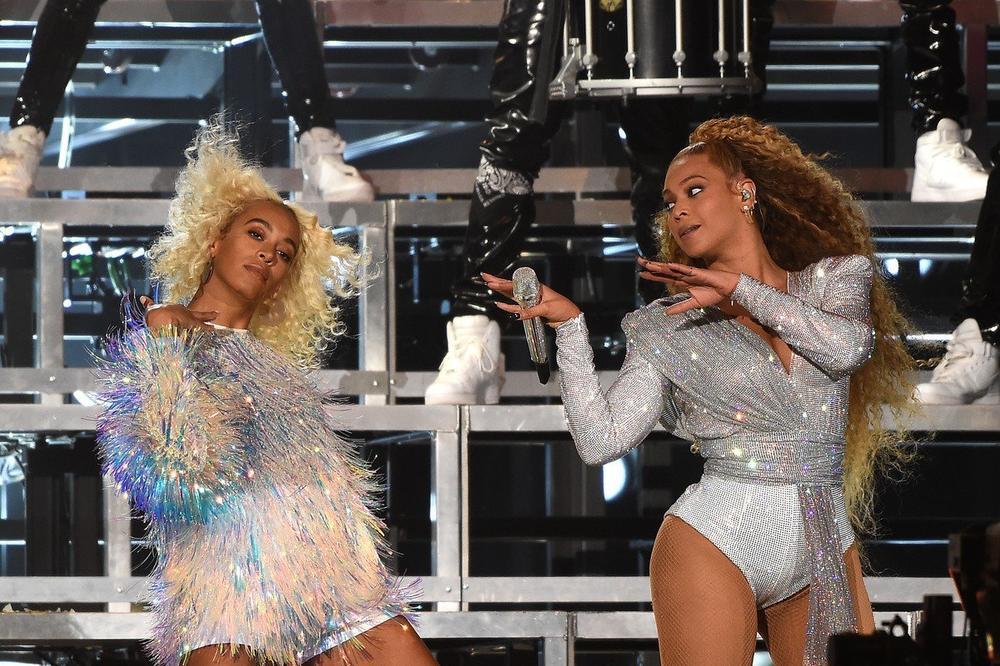 Бијонсе со сестра ѝ Соланж паднаа на сцена